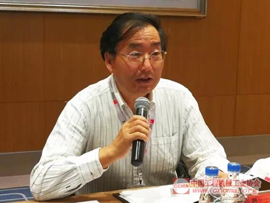 中国工程机械工业协会筑路机械分会秘书长张西农作中国沥青搅拌设备行业发展报告