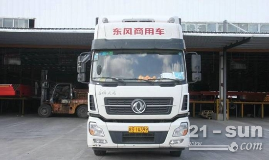 申通上海转运中心内等待装车的东风天龙