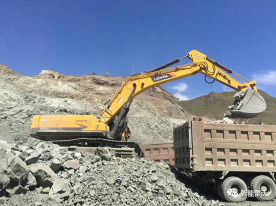 雷沃FR370E挖掘机在某铁矿装车作业