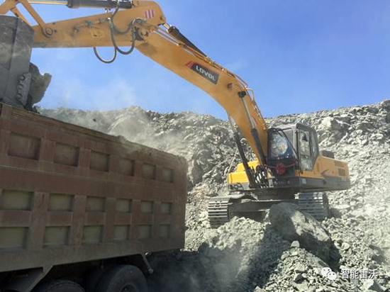 正在装车的雷沃FR370E挖掘机