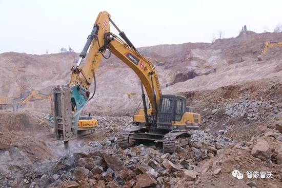 施工中的雷沃FR370E挖掘机
