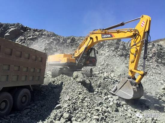 雷沃FR370E挖掘机在矿山上装车作业