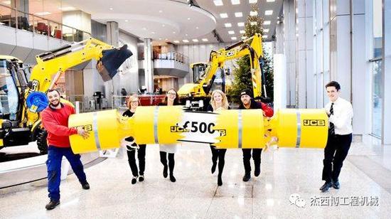 欢庆圣诞节!JCB 员工每人获奖500英镑!