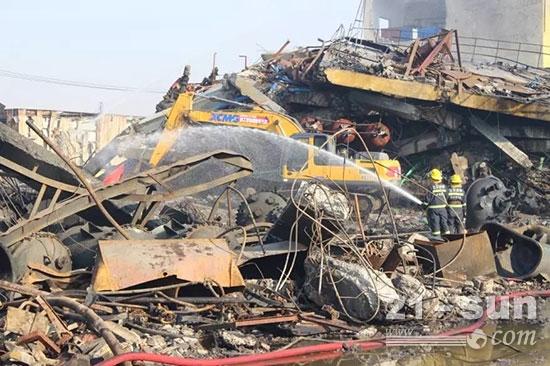 徐工起重机、挖掘机、消防车现场救援
