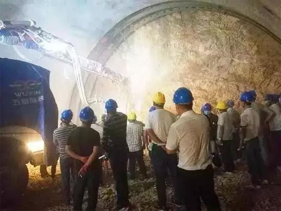 格巧高速李开坪子隧道因为使用了五新隧装的湿喷机械手,工作效率大大提高