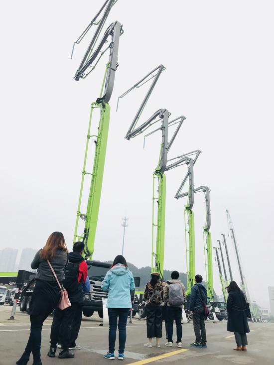来自台湾的参观者在中联重科麓谷工业园产品展示坪留影
