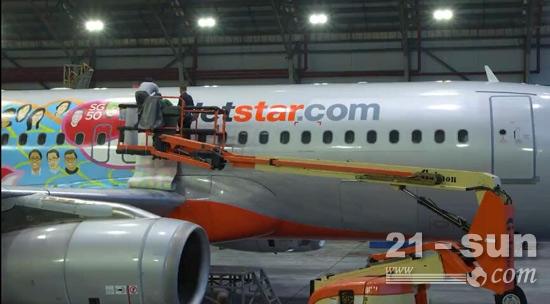 1捷尔杰高空作业平台助力美化新加坡JetStar飞机.jpg
