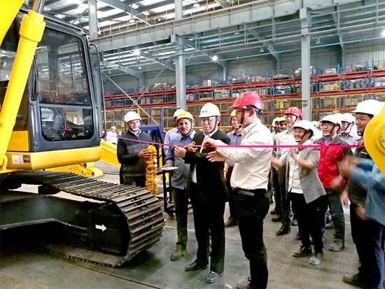 柳工印度工厂首台本地化挖掘机下线