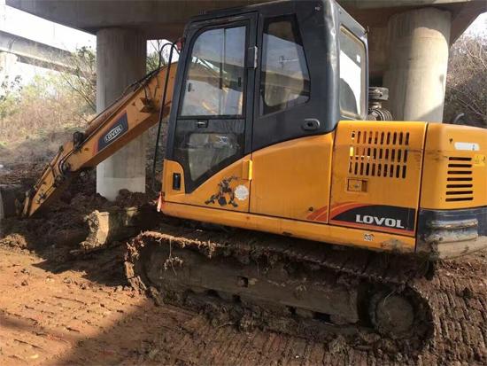 施工中的雷沃挖掘机