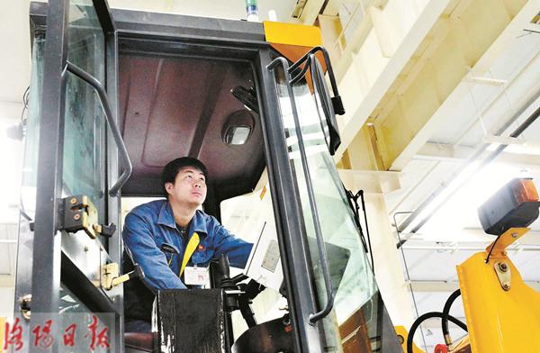 国内首台远程遥控无人驾驶特种装载机问世