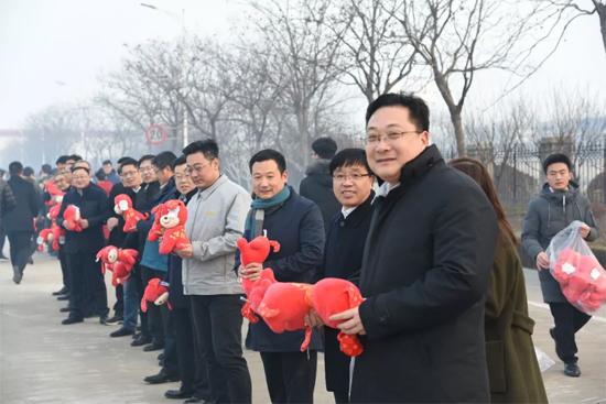 所有员工与领导一一握手并领取了小礼物——旺财