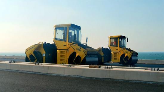 """2台配备""""沥青压实专家""""系统的BW203AD-4AM在胶州湾大桥上进行桥面压实施工"""