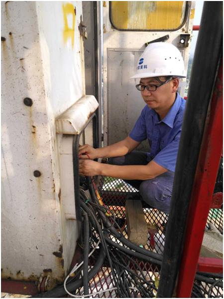 中联重科服务工程师程开群正在检修设备