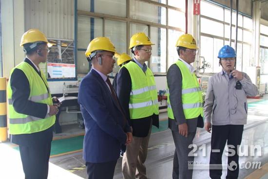 副总经理史生勇(左二)陪同椋梨直树一行参观生产现场