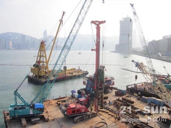 徐工XR220DIV气动潜孔锤旋挖钻机在香港维多利亚港施工