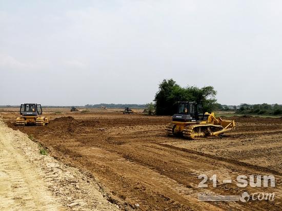 正在平整农田的山推推土机