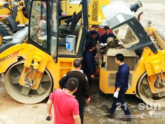三一服务工程师对设备进行检修、培训