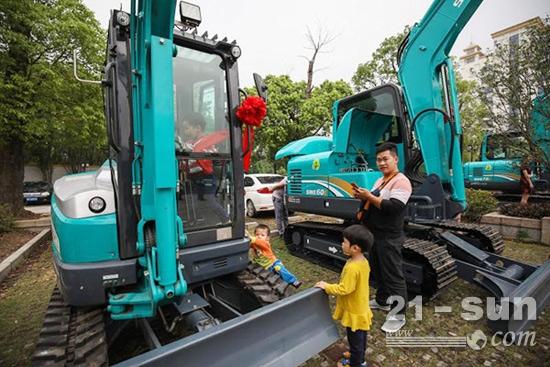 用户观摩山河智能挖掘机