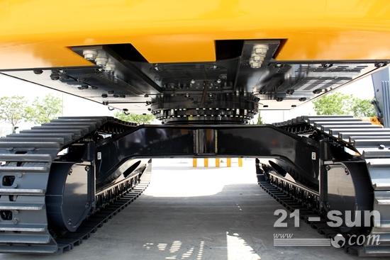 约翰迪尔E400LC挖掘机加高加宽的矿山型底盘