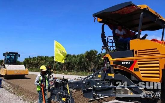 徐工RP953摊铺机高端机型携手徐工单钢轮压路机助力东帝汶高速公路建设