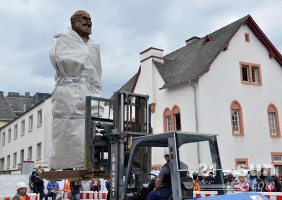 合力叉车亮相马克思雕像捐赠现场