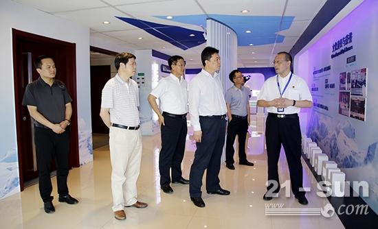 李晓红一行参观了国机重工集团展览室