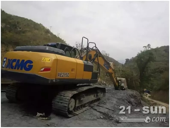 中老铁路施工沿线上的徐工挖掘机