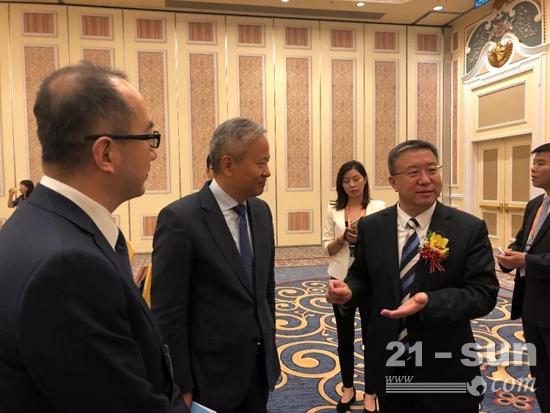中国对外承包工程商会会长房秋晨先生与卡特彼勒(中国)投资有限公司董事长陈其华先生交流。