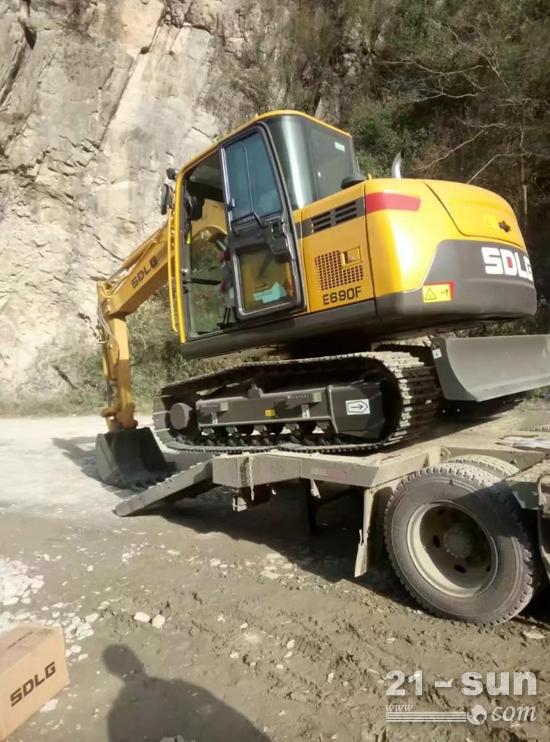 在石料场干活的挖机