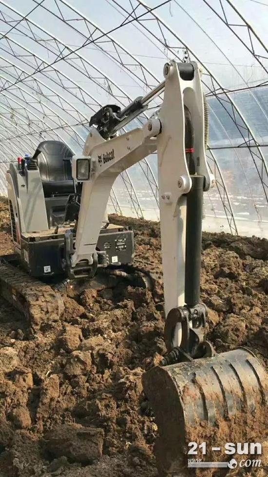 山猫E20大棚翻耕作业