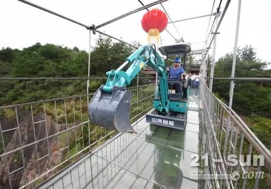"""挖掘机通过狭窄的桥面,""""绰绰有余"""""""