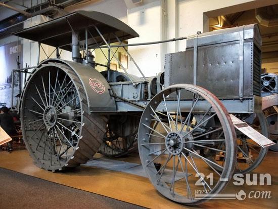 1913年生产的第一台机械拖拉机