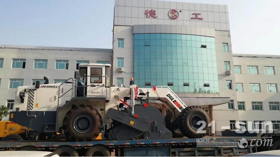德工DGL460冷再生机启程赶赴新疆