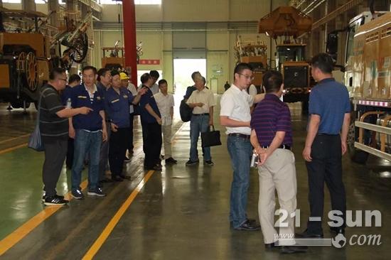 与会专家及领导首先参加了徐工新一代双臂凿岩台车TZ2S下线仪式