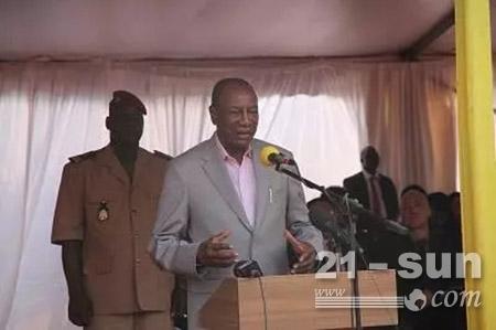 几内亚总统阿尔法·孔戴在启动仪式上发言
