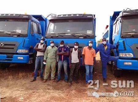 2014年,埃博拉疫情爆发,徐工为几内亚当地施工人员配发口罩等物资