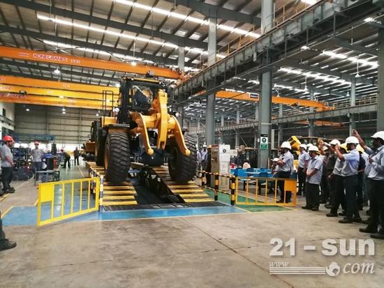 柳工首批量产CLG856H装载机,在印度工厂装配线成功下线