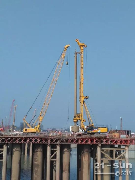 徐工XR550D旋挖钻机、履带吊助力武汉青山大桥