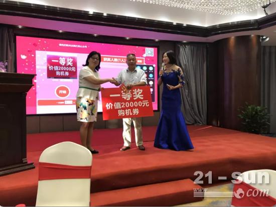 上海彭浦总经理徐燕向一等奖获得者颁发大奖