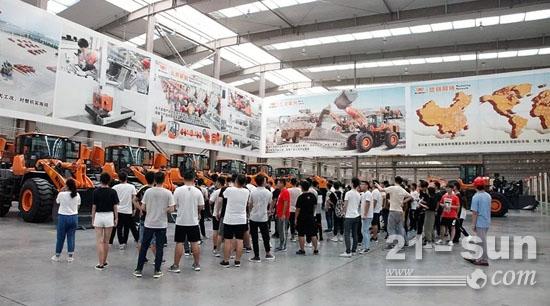 参观了英轩重工装载机生产车间和产品展厅