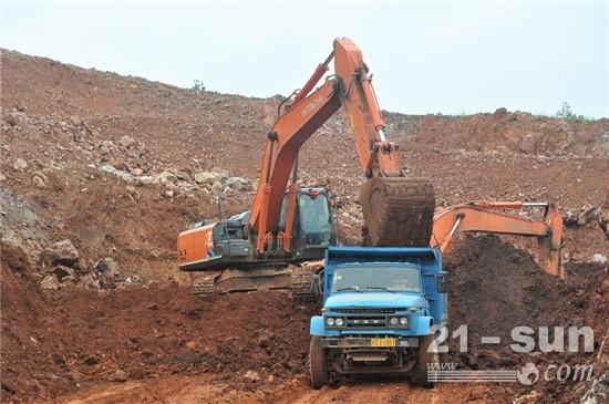 佰金矿业露天开采作业中的日立挖掘机