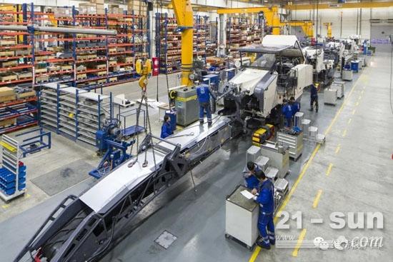 生产车间:员工们严格按照质量要求生产并做记录