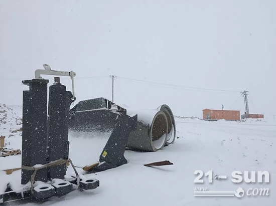 6月的工地大雪纷飞,工程师抓紧时间组装设备