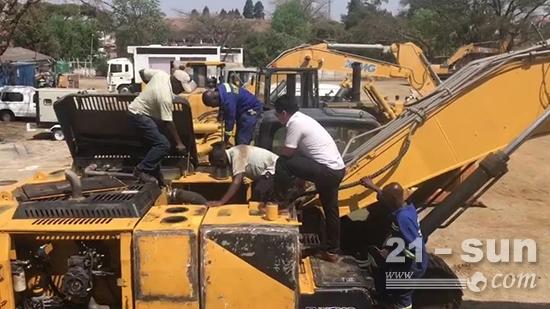 赵远志在工地为肯尼亚当地人排除机器故障