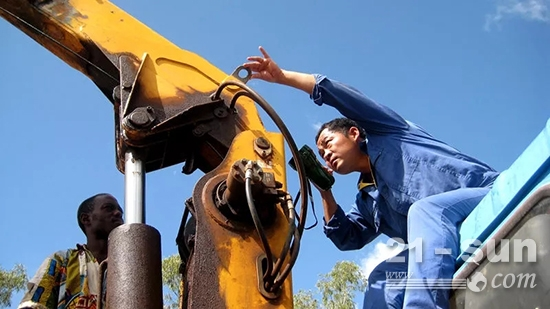 王铁磊在蒙内铁路施工期间的工作场景