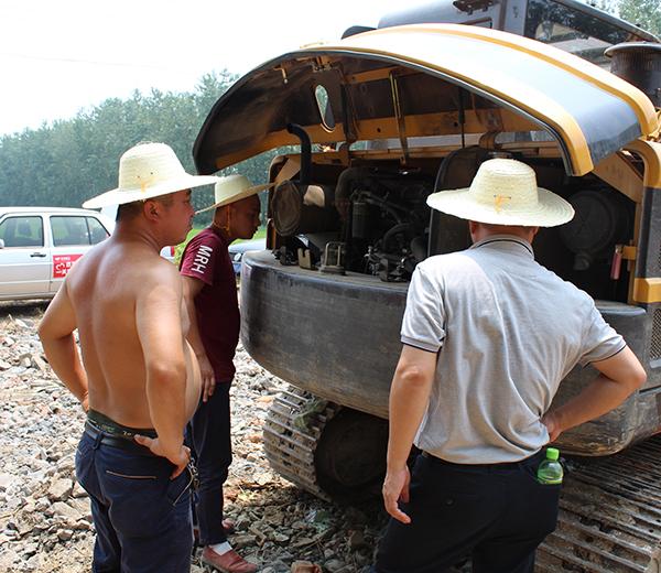 玉柴重工服务人员正在为杨老板检查设备