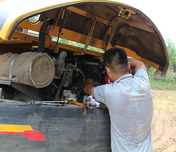 服务人员为杨老板加满送来的机油