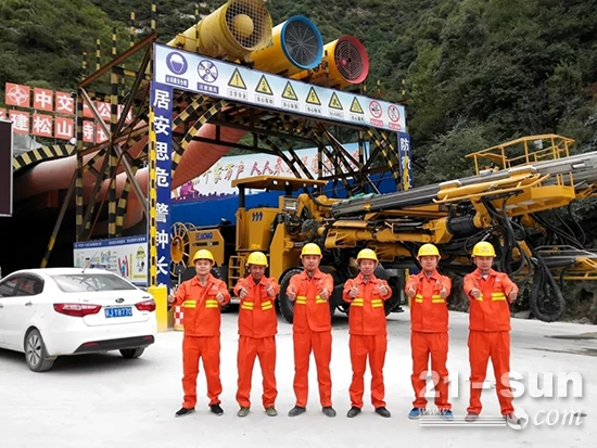 延崇高速松山特长隧道项目部工作人员
