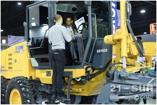 泰国客户亲自试驾 工作人员详细为其讲解