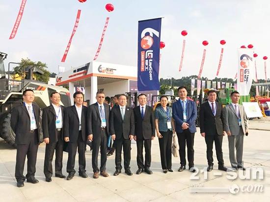 中国工程承包商代表团在柳工展位参观合影